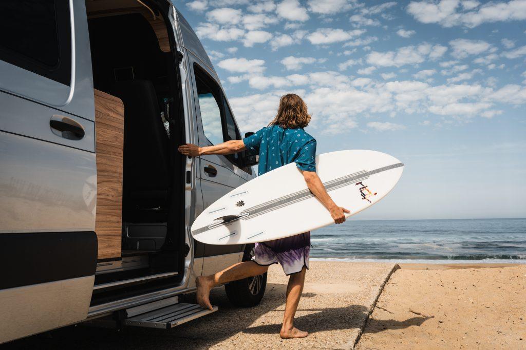 Afbeelding met buiten, surfen, water, person  Automatisch gegenereerde beschrijving