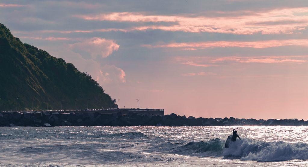 Afbeelding met buiten, water, zonsondergang, oceaan  Automatisch gegenereerde beschrijving