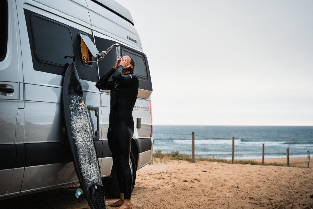 Afbeelding met buiten, strand, water, surfen  Automatisch gegenereerde beschrijving